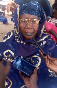 Dieynaba prends la parole lors d'une réunion inter-villageoise