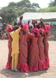Les jeunes animent la célébration avec des danses et des sketch