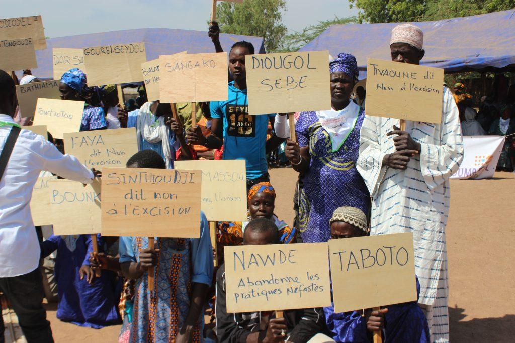 Les communautés montrent leurs pancartes