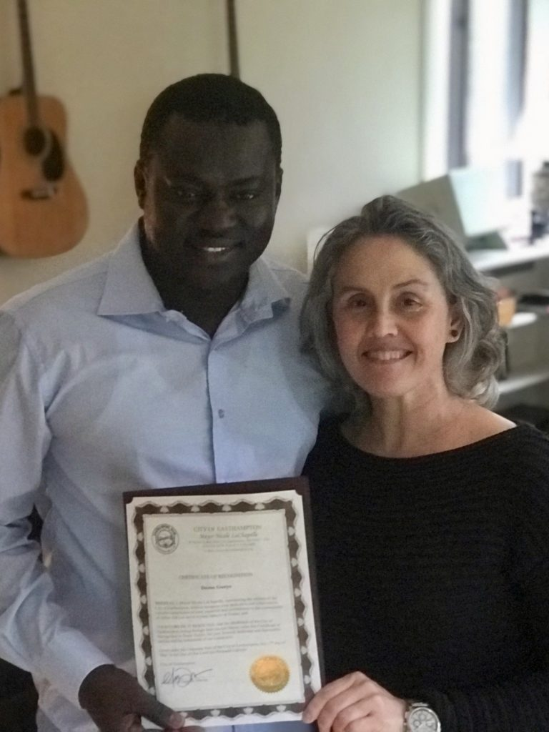 Dame reçoit un certificat de reconnaissance des mains de Nicole Lachapelle Mairesse d'Easthampton
